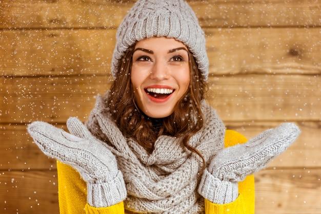 帽子と手袋を持つ美しい少女の肖像画。