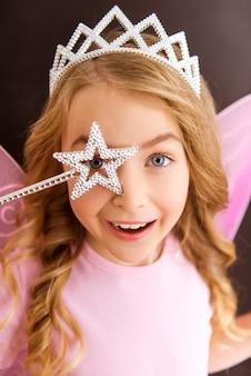 ピンクの翼を持つピンクのシャツの若い妖精。