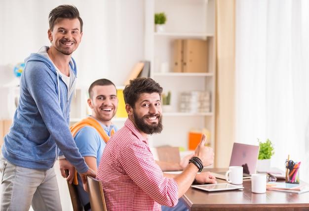 ビジネスの人々は仕事に座って正面を見る。