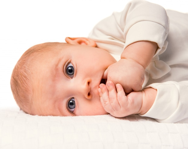 自宅のベッドで横になっている赤ちゃんの肖像画。