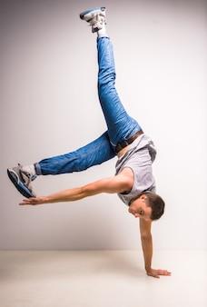 巧みなブレイクダンサーが動きをする