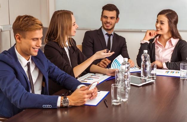 オフィスでの会議で若いビジネス人々。