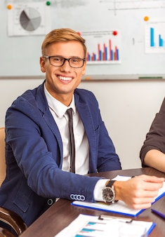 オフィスでの会議で青年実業家の肖像画。
