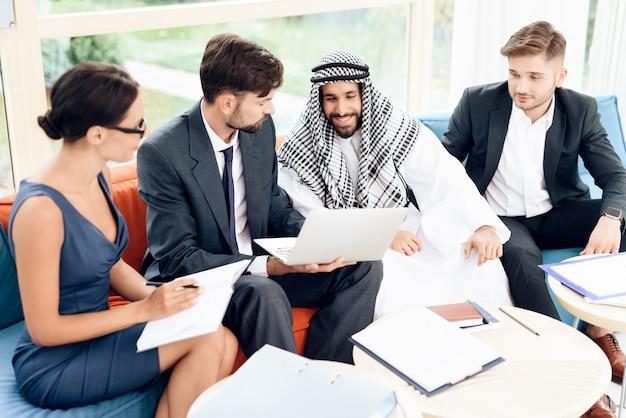 アラブのビジネスマンがビジネス上の取引について話し合っています。