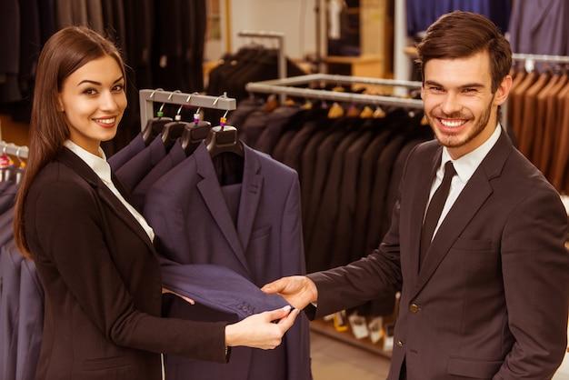 若い美しい女性店員コンサルティング男。