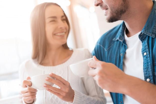 愛のカップルは、カフェでお茶ロマンチックなデートを飲みます。