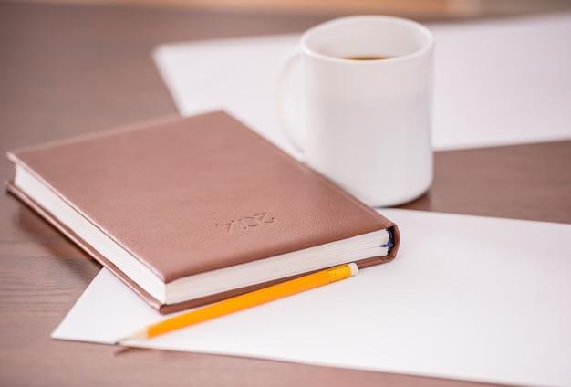 日記と営業所のテーブルのクローズアップ。