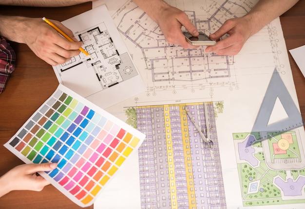 一緒にプロジェクトに取り組んでいる創造的なデザイナー。