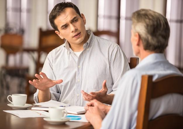 ビジネスマンは重要なプロジェクトを議論しています。