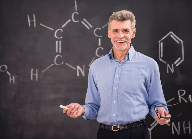 Профессор химии ведет лекцию в университете.
