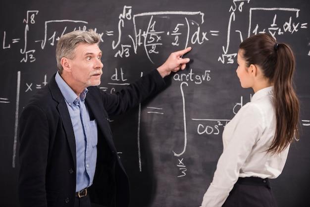 男性は生徒に正しい方法を示します。
