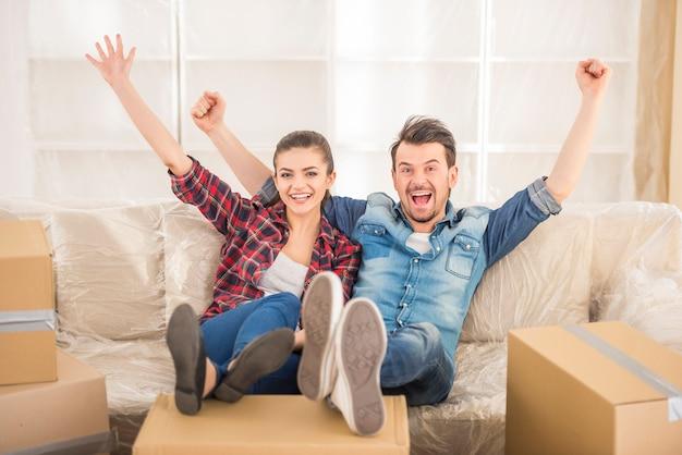 若いカップルは新しいアパートに引っ越しました。