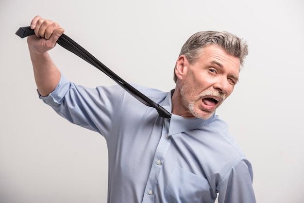 彼のネクタイを引っ張ってシニア男性