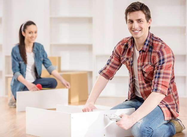 箱の開梱と家具の組み立て。