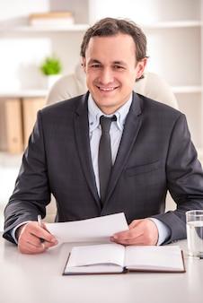 青年実業家はオフィスに座っています。