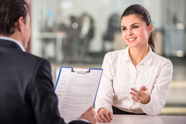 雇用主は従業員にインタビューします。