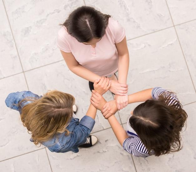 人々は輪になって座って、お互いを支え合っています。