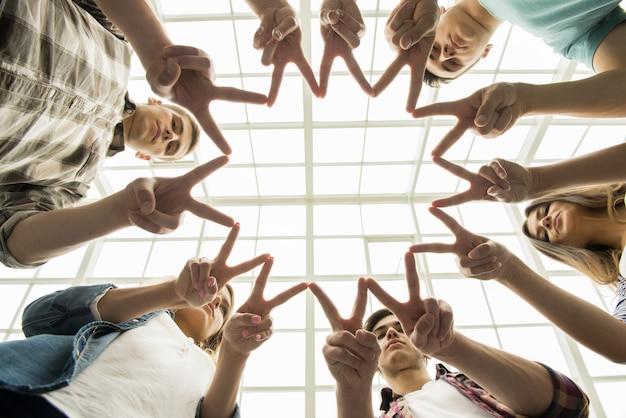 輪になって互いに支え合う人々。