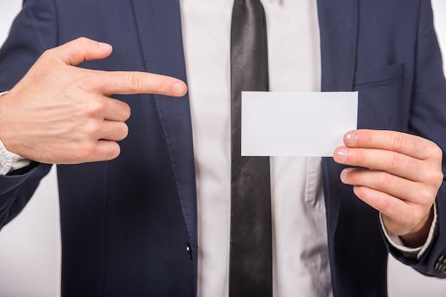 空白の名刺を配ってビジネスの男性。