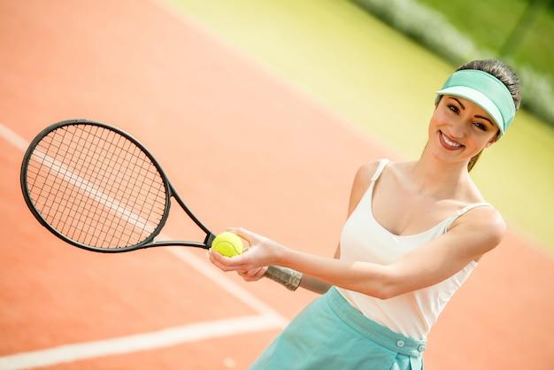 テニスコンテスト。粘土のテニスコートで女子選手