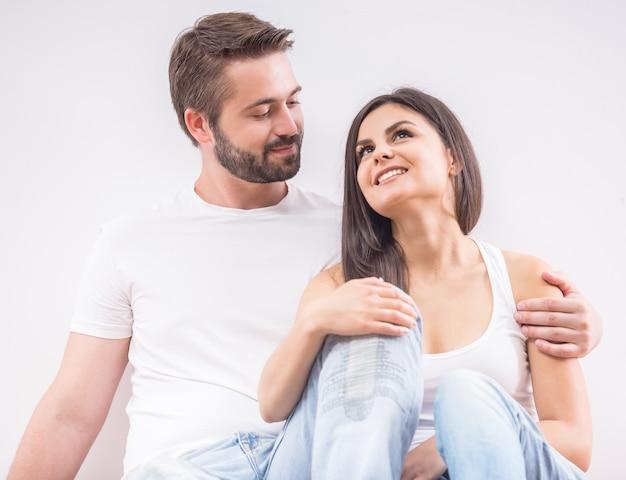 床に座って若い幸せなカップル。
