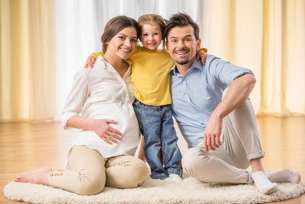 家族は正面を見て笑っています。