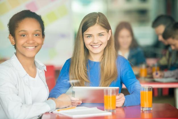 黒と白の女の子が笑っています。