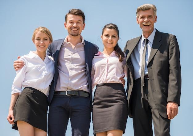 立っている成功したオフィスワーカーのグループ。