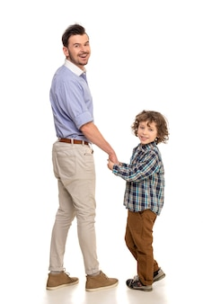 父と息子が立っています。
