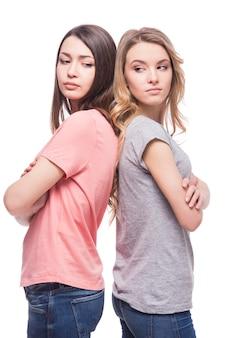 二人の女性が背中合わせに立って話していません。