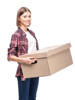 若い女性は紙箱を保持しています。