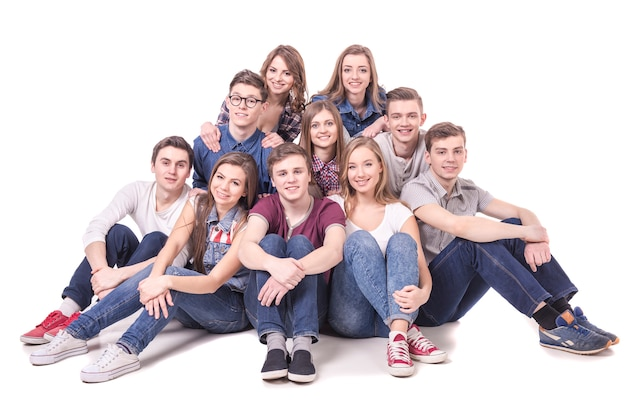 座っている若い十代のグループ