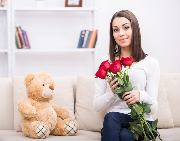 自宅の花とかわいい若い女の子。
