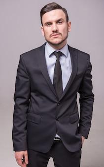 スーツを着た男が立つ