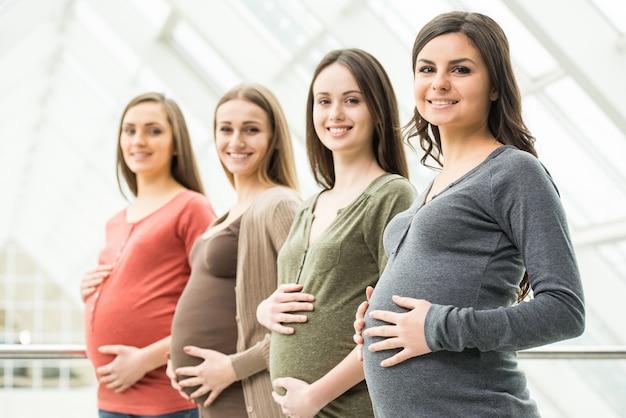 妊娠中の女性は、腹を手で触れています。