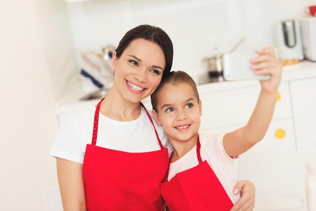 笑顔のお母さんと若い女の子。一緒に甘い時間。