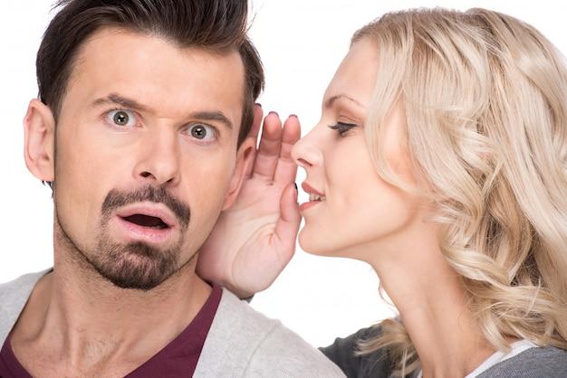 女性は彼女のパートナーに秘密を告げています