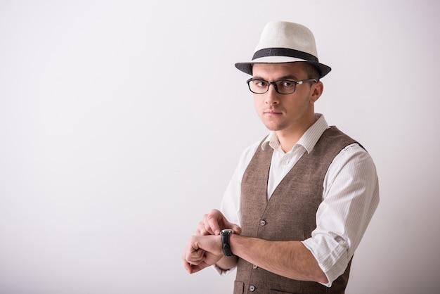 自信を持って男性の肖像画は帽子をかぶっています