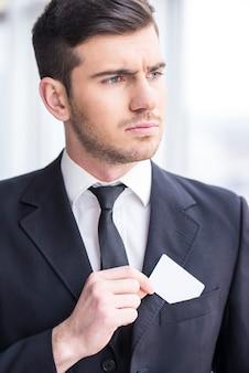 Сосредоточив внимание бизнесмен смотрит в сторону.