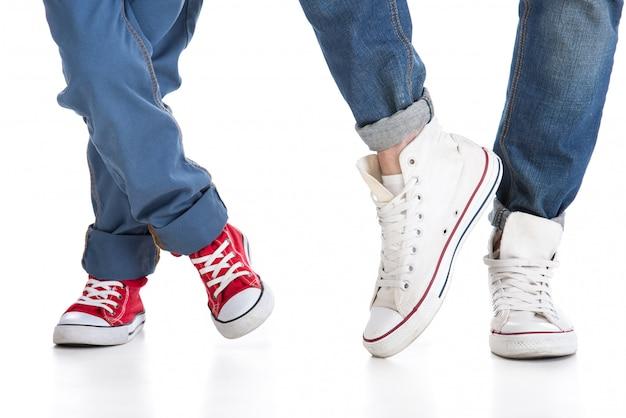 Конец-вверх ног отца и маленького сына в ботинках.