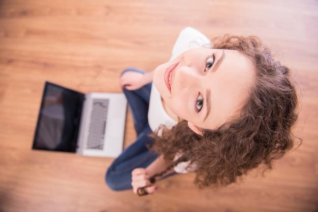 ラップトップからの若い女性の面白い画像。