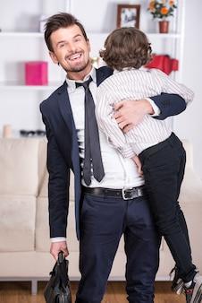 幼い息子は仕事から彼のビジネスマンの父に会います。