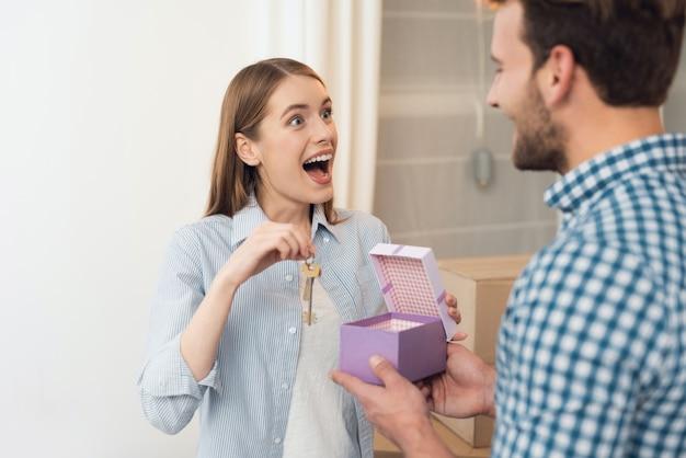 Девушка получила в подарок ключ от нового жилья.