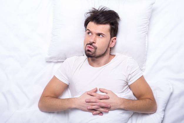 男の平面図は眠りに落ちようとしています。