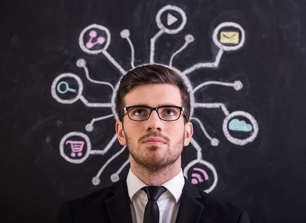 若い男はソーシャルネットワークに対して立っています。