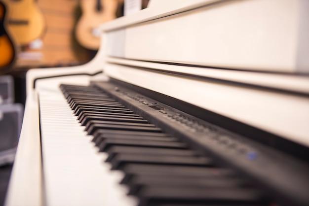 白いピアノのクローズアップ