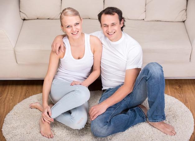 自宅で幸せな若いカップルの肖像画。