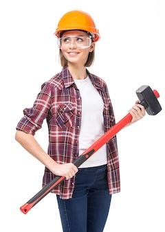 ハード帽子とハンマーを持つ女性
