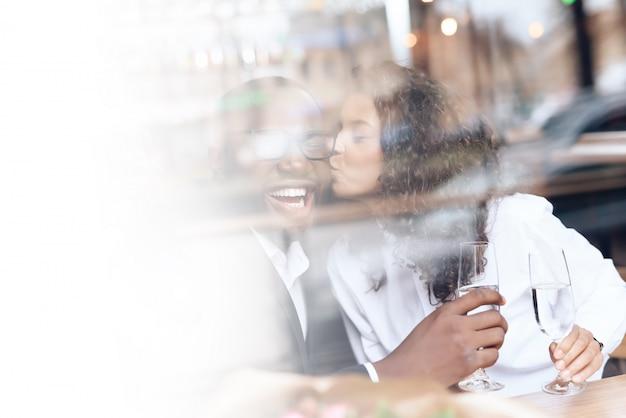 黒人男性はカフェで女の子とデートしました。