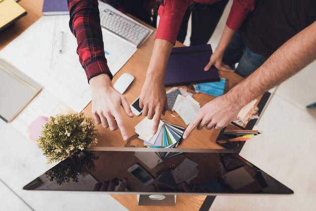 コンピューターの画面に表示される手。
